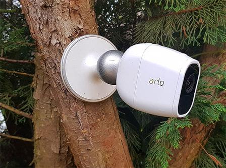 photo d'une camera wifi de surveillance arlo pro 2 installe dans un arbre